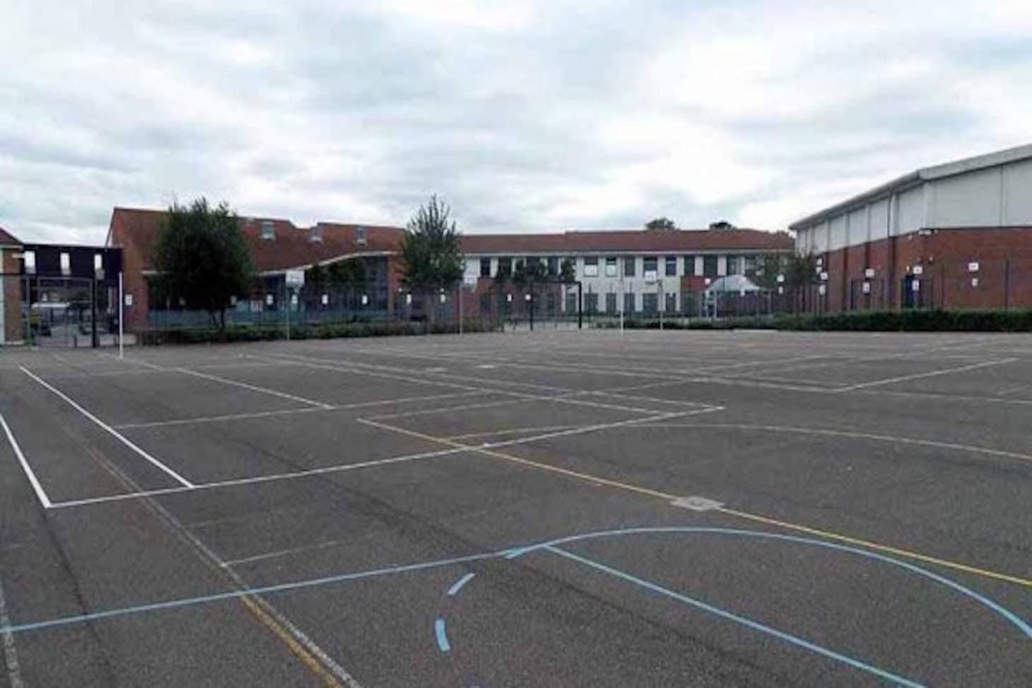 Welling School Court | Hard (macadam) basketball court